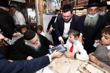שר התורה העניק לכל ילד 'חומש'