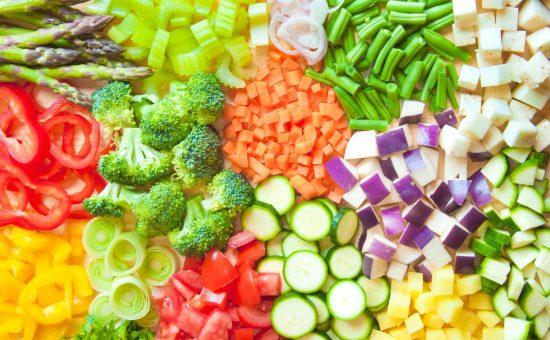 לקטי ירקות חתוכים באתר מושבניק   צילום: מרינה אוספנסקיה