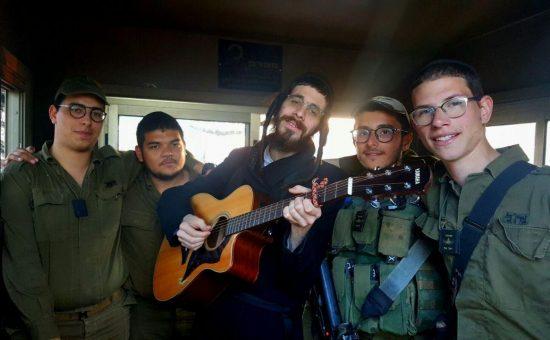 מנדל ראטה עם החיילים החרדים בגבעתי (1)