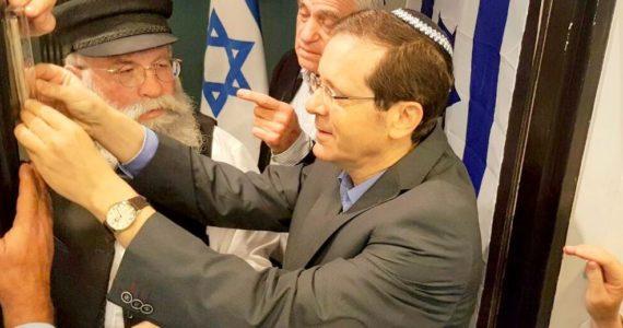 """הרב גלויברמן קבע מזוזה במטה הרצוג: """"אכפת לו מכל אחד כמו משה רבינו"""""""
